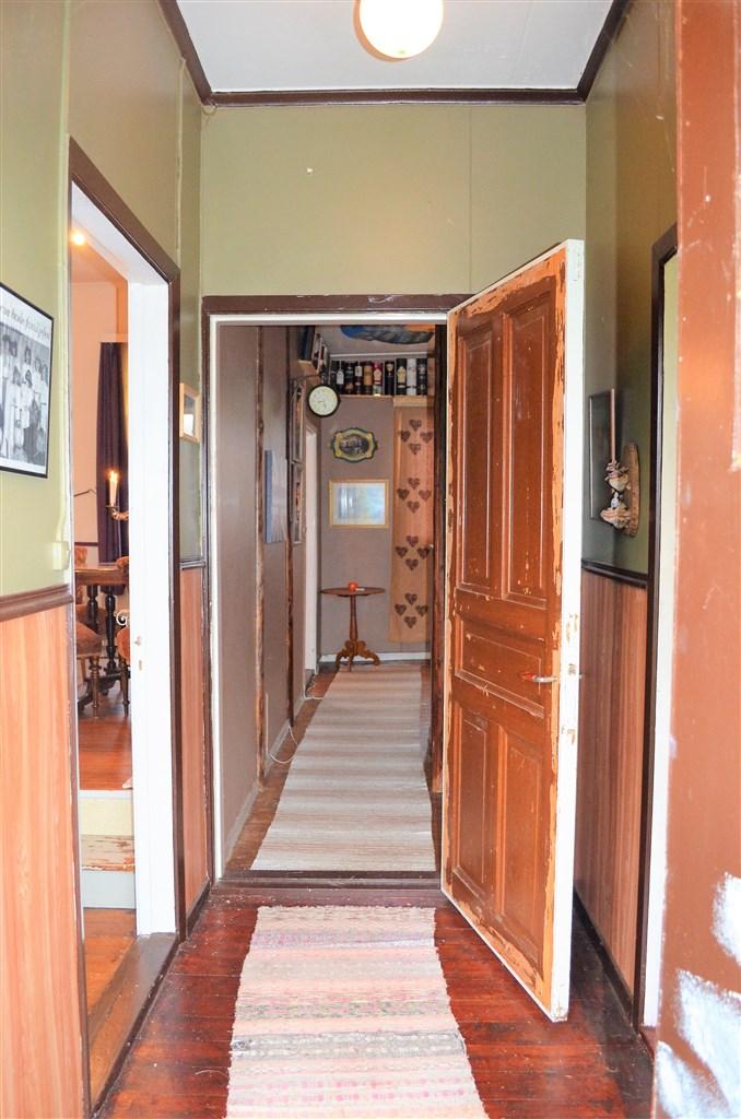 Passage från entré nummer 2 till kök