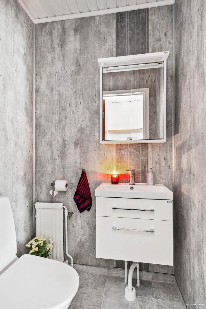 Helkaklat mindre badrum i hallen.