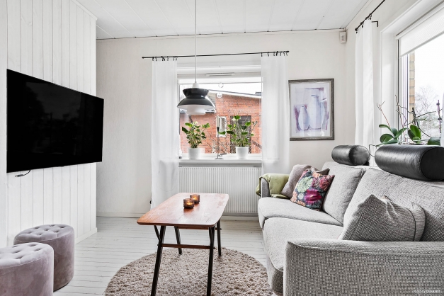 Sovrum alt TV-rum med mindre kontorsdel.