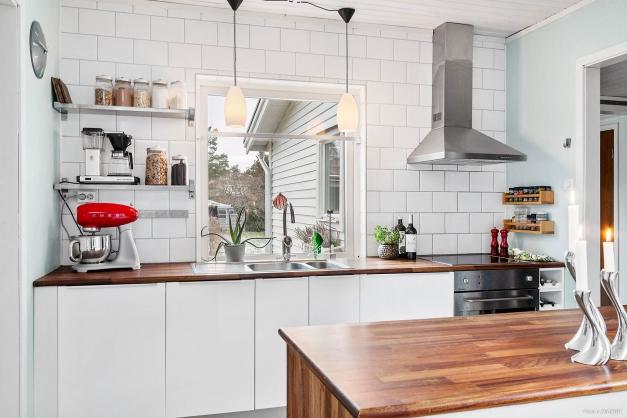 Bra bänkytor i det ljusa köket.