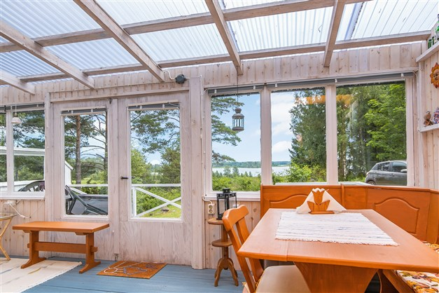 Mysig glasad veranda mot sjön!