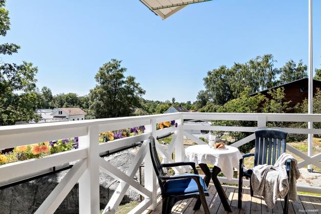 Från vardagsrummet når du en av balkongerna på övre plan. Balkongen är belägen i sydvästläge.