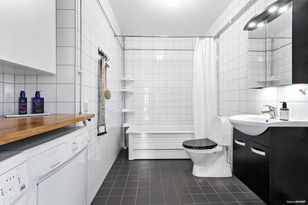Helkaklat badrum. Tvätt och tork finns
