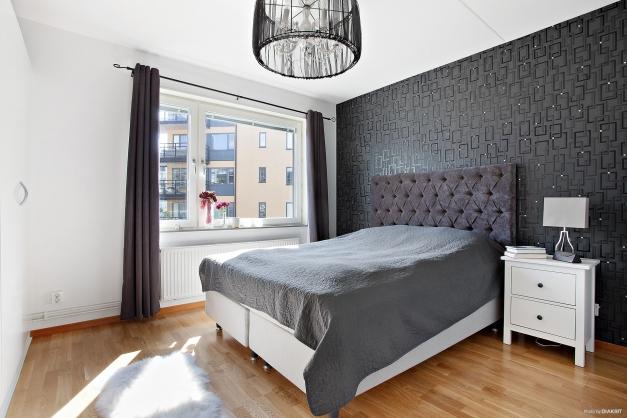 Stort sovrum med garderobsskåp