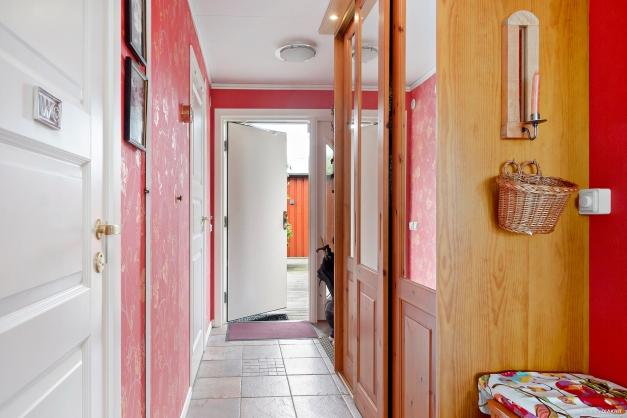 Hall med platsbyggda garderober.