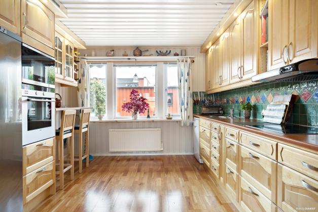 Köket är ca 12 kvm stort och välplanerat med goda arbetsytor och gott om skåpsutrymmen.