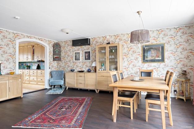 I anslutning till vardagsrummet finns en rejäl matplats med plats för stor matsalsmöbel och flera gäster.
