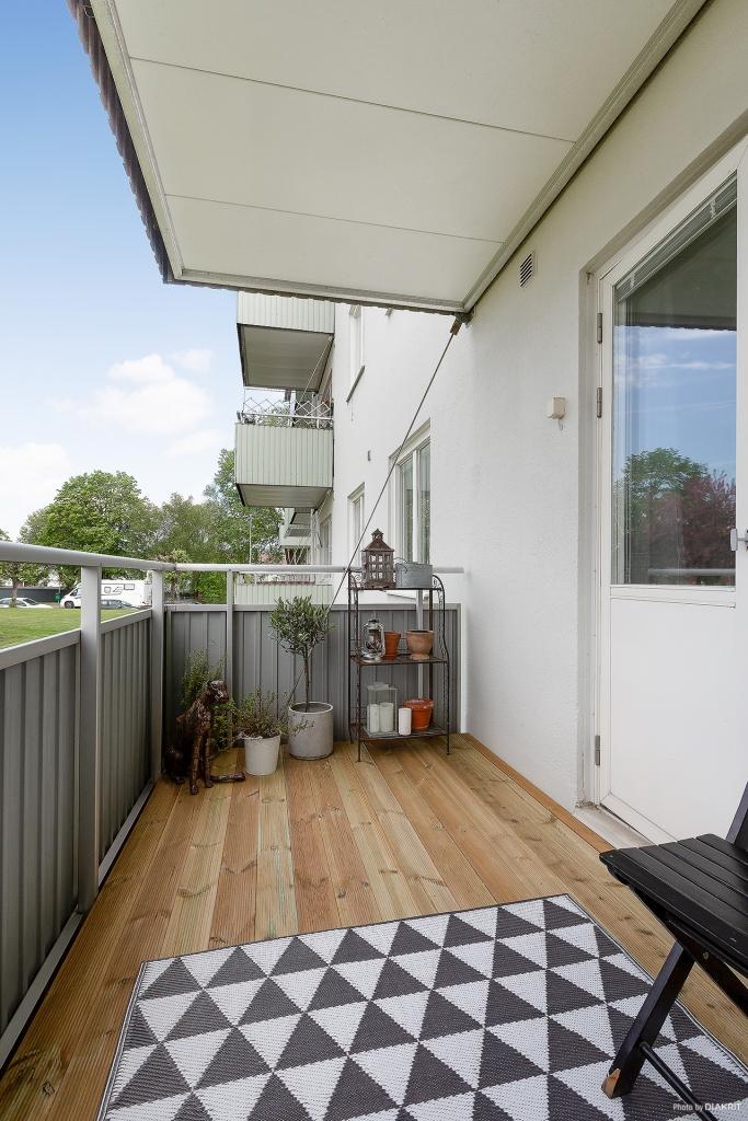 Stor balkong i söder med gott om plats för bord eller lounggrupp