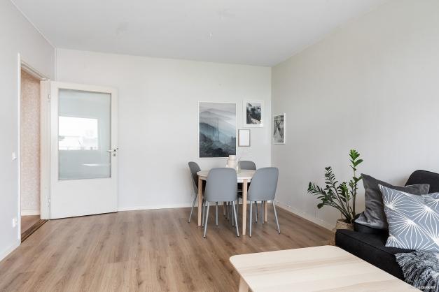 I vardagsrummet finns plats för såväl soffa som matbord