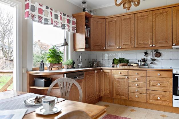 Köket har bra arbetsytor och trevlig utsikt över trädgården