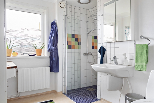 Det stora badrum med helkaklad dusch ligger i anslutning till de tre sovrummen på övervåningen