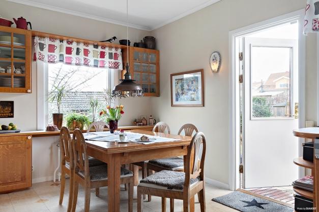 Rymligt kök med utgång till altan och trädgård
