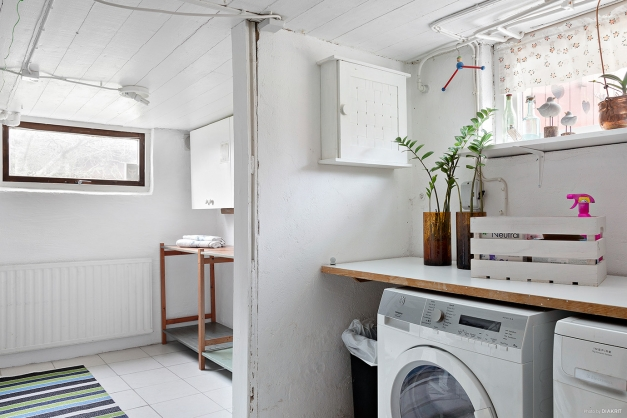 Tvättstuga med angränsande torkrum i källaren