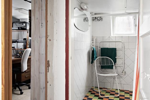 Dusch och en liten glimt av kontoret i källaren. Båda har värmegolv