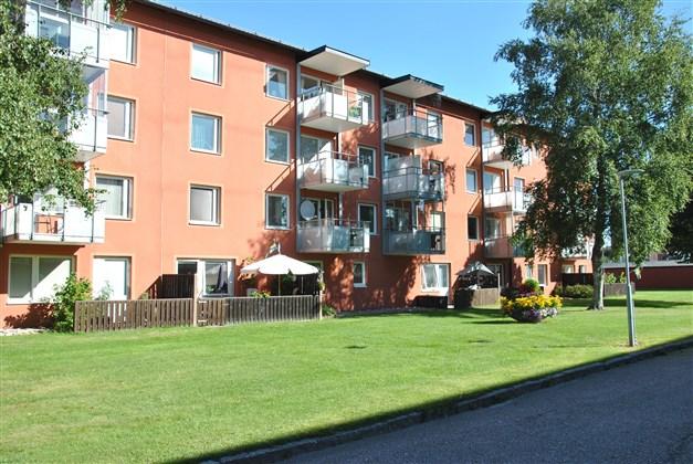 Fasadbild med balkonger i sydvästläge (lägenhetens, den i mitten och högst upp)