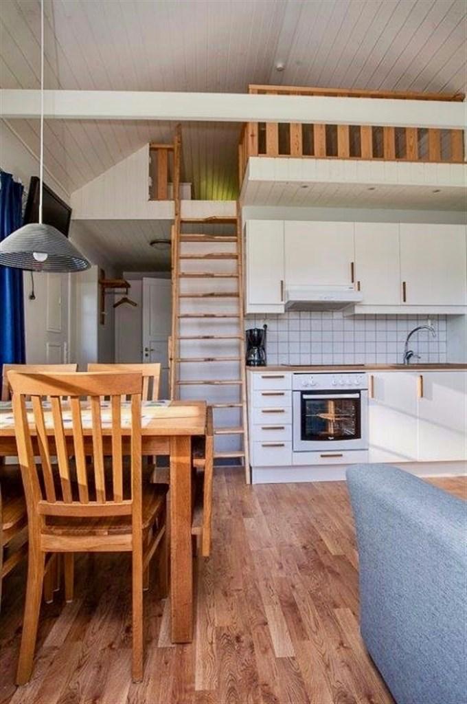 Kök och trappa till loftet