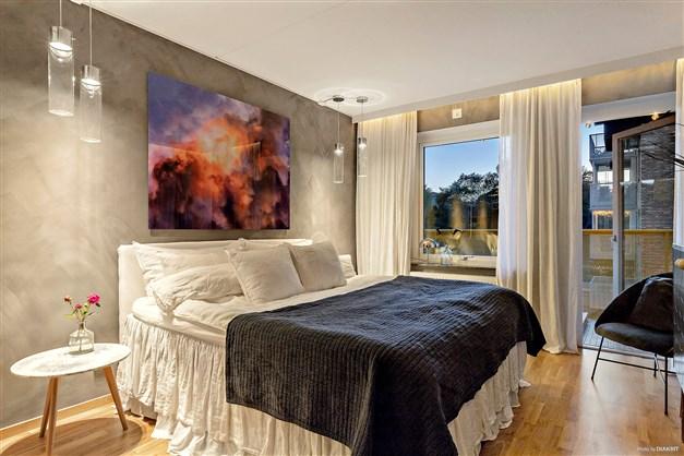Belysningen i sovrum 1 skapar ett stämningsfullt och avkopplande sovrum på kvällen.