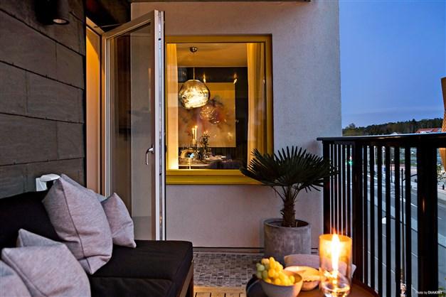 Sidofönstret i köket blir som en tavla på balkongen kvällstid.