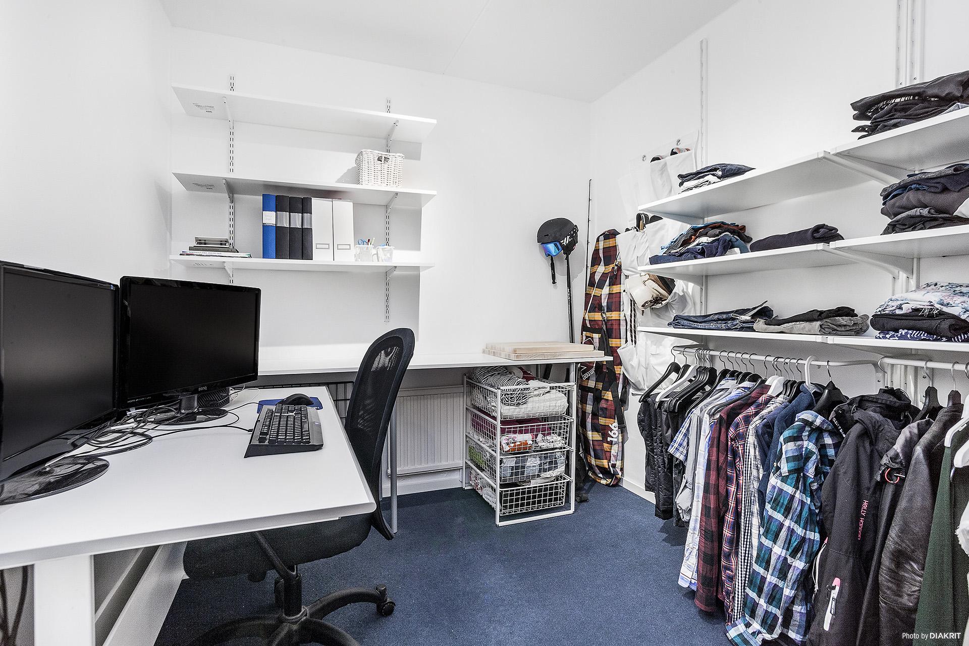 Mycket generös klädkammare som även nyttjas till kontor