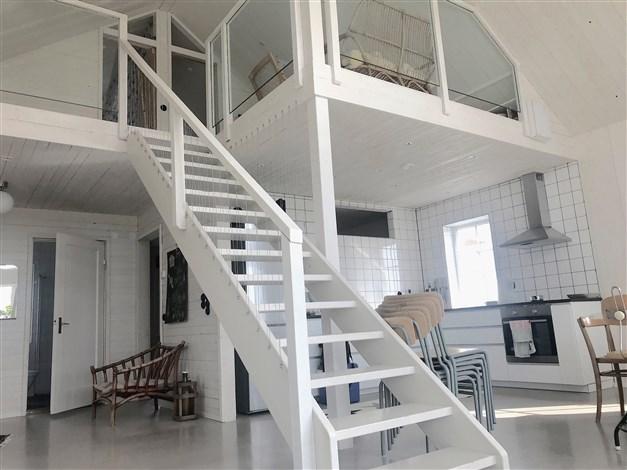 Övre plan i etage, med två sovrum och plats att umgås.