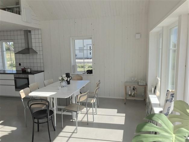 Köket flyter samman med matplats och vardagsrum.