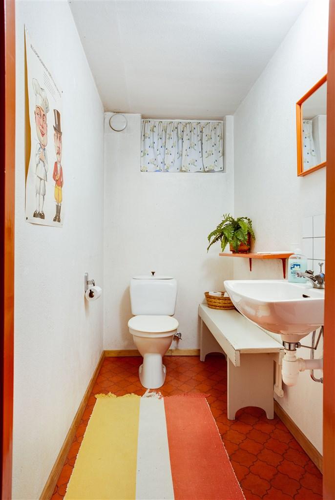 Separat wc i källaren.