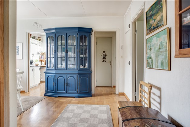 Hall/matrum med plats för extra vitrinskåp eller liknande.