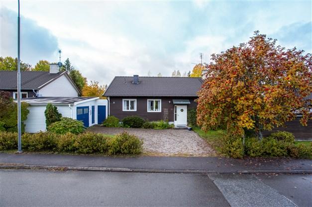 Välkommen till Rönnbärsvägen 20, en välskött villa med 5 sovrum och insynsskyddad trädgård!