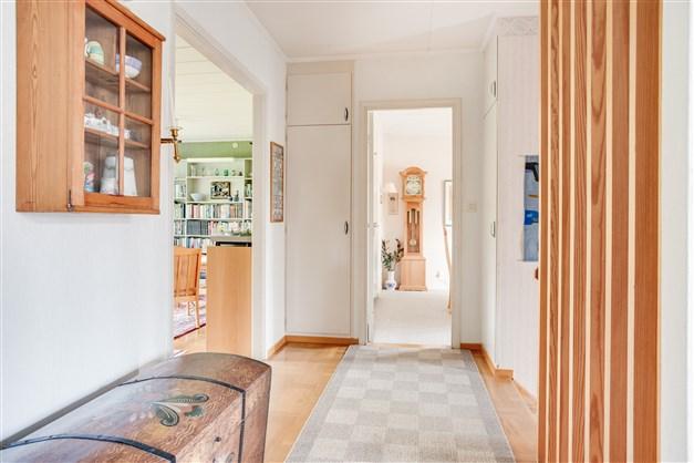 Hall med 1 garderob och 1 linneskåp, båda med överskåp.