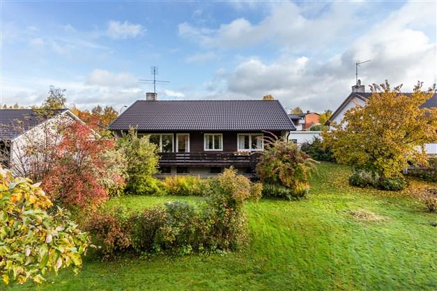 Huset har fin insynsskyddad och lummig trädgård på baksidan.