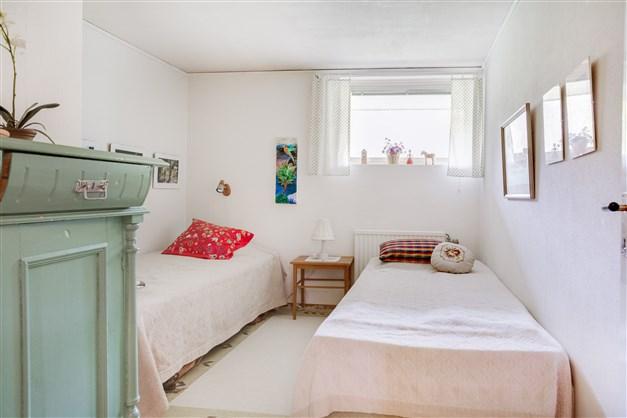 Sovrum 4 i källarvåningen.
