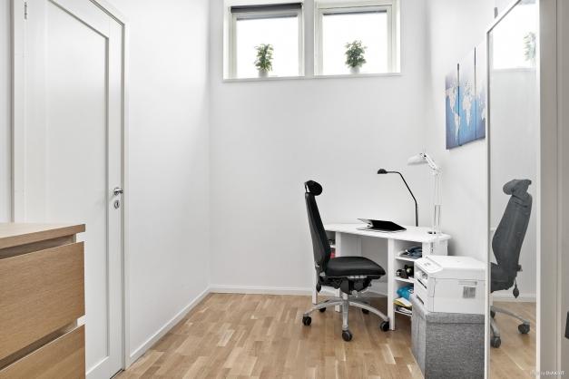 Sovrum/klädkammare/kontor med parkettgolv.