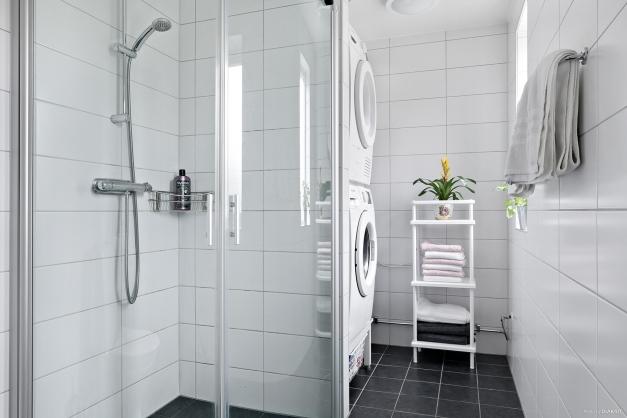 Helkaklat badrum med elburen golvvärme samt tvättmaskin & torktumlare. .