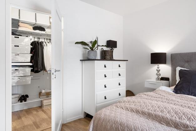 I anslutning till sovrummet finns en rymlig klädkammare med praktiskt elfa-system samt....