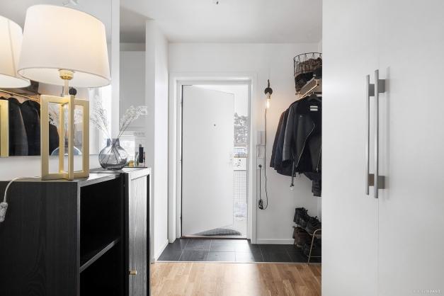 Även i hallen finner vi förvaring i form av rymliga garderober samt avhängning innanför dörren.