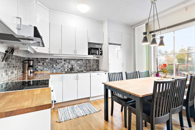 Fullutrustat kök med plats för stort matbord.