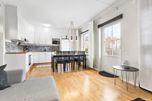 Kök, vardagsrum, rikligt med ljusinsläpp och dörr till uteplats.