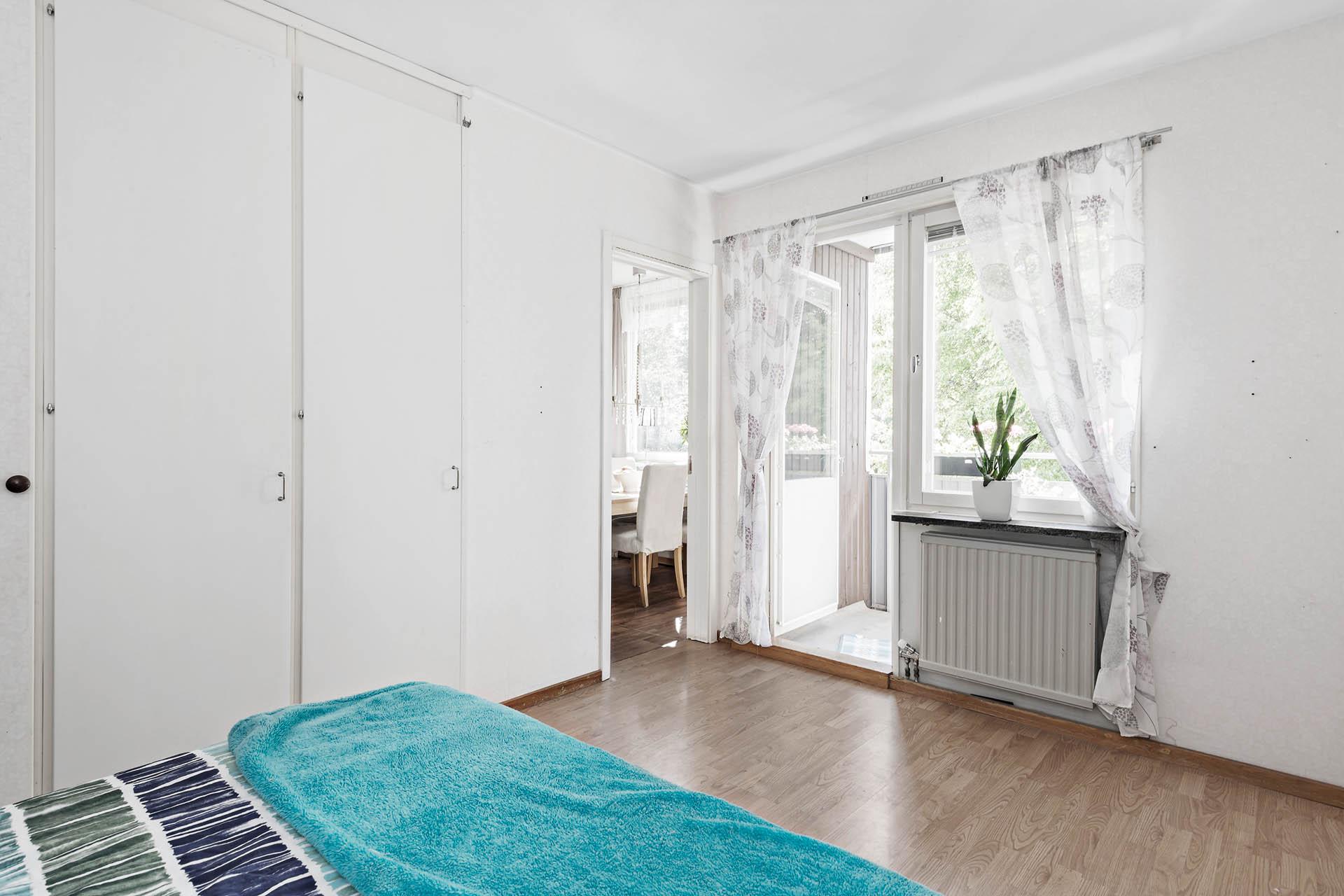 Sovrum 2 mot balkong och kök