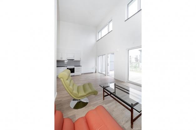 Stora fönsterpartier , parkettgolv och målade väggar.