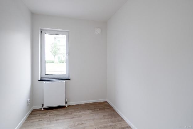 Det mindre av de två sovrummen har parkettgolv och målade väggar.