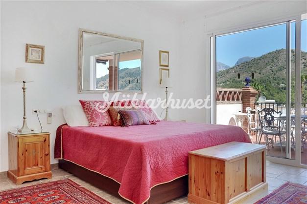 Sovrum 1 är stort och har uteplats utanför med fantastisk utsikt och badrum en-suite
