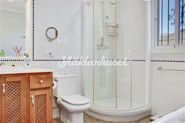 Badrum 1 ligger i direkt anslutning till sovrum 1 och är utrustat med både dusch och badkar