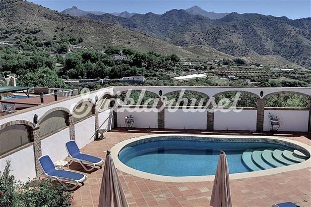 Privat swimmingpool med utsikt över bergskedjan Sierra Almijara