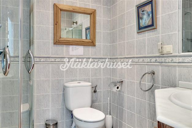 Badrum 2 ligger nära sovrum 2 och är utrustat med dusch