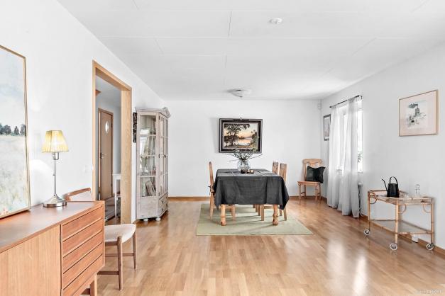 Rymligt vardagsrum som går att dela av till ytterligare sovrum för den som så önskar.