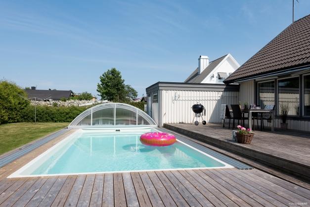 Baksida med nybyggd pool och pooldäck.