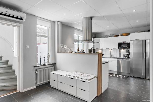 Öppet, luftigt kök med vy över matplatsen och innergården.