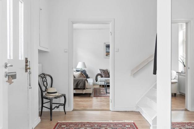 Välkomnande öppen, stor hall på framsidan som leder dig upp till ovanvåningen.
