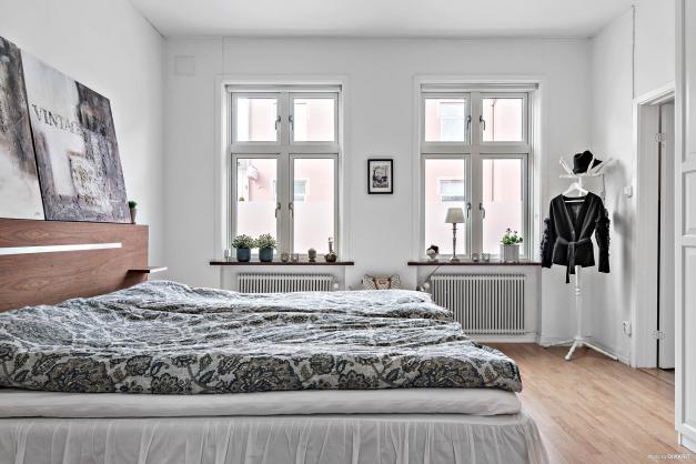 Stort sovrum med goda ytor och härligt ljusinsläpp.