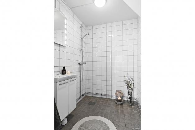 Helkaklat badrum (2013) i anslutning till köket.